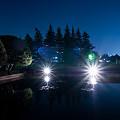 写真: 月光と人工光