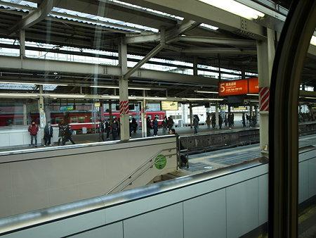 E231系グリーン車の車窓(横浜駅)