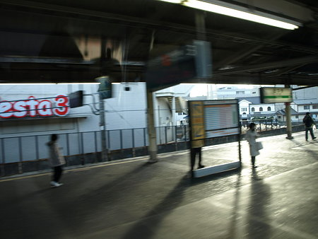 E231系グリーン車の車窓(戸塚駅)