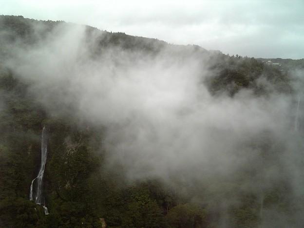 霧が動いて滝が・・・