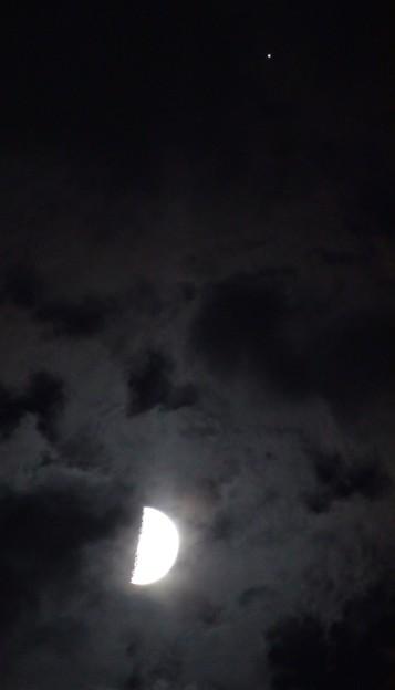 縦に並んだ木星と半月。 DSC01929