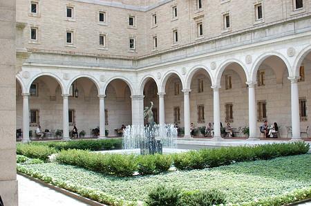 公共図書館中庭