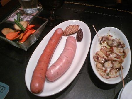 デリリウムカフェ 野菜フリッツ、2種のソーセージ、真ダコのガーリックオイルマリネ