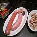 写真: デリリウムカフェ 野菜フリッツ、2種のソーセージ、真ダコのガーリックオイルマリネ
