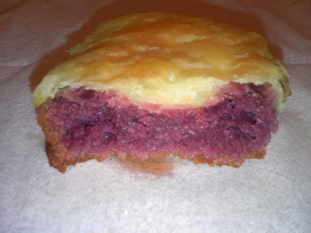 写真: 沖縄土産 紅いもケーキおもろ 断面