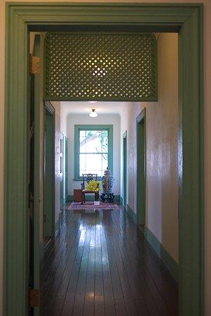 2012.06.01 山手 ブラフ18番館 窓のある廊下