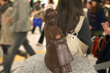 2011.02.13 横浜 赤い靴はいてた女の子にチョコ