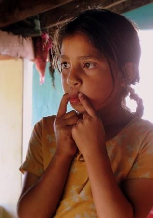 インド ダラムシャーラー近郊の村に住む少女