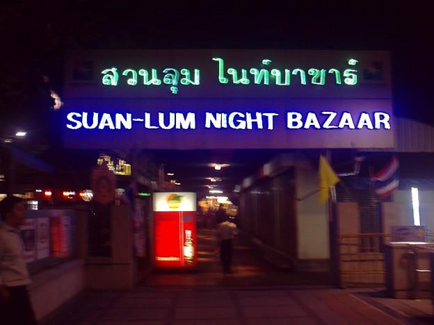 バンコク|ナイトバザール 夜になるとこんな感じ