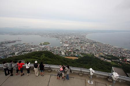 函館山で日没を待つ