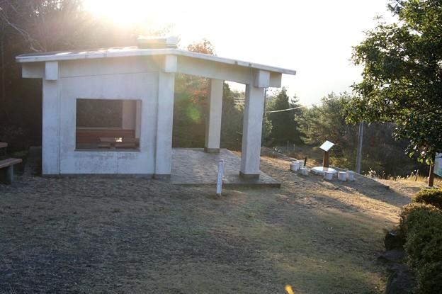 山頂休憩舎と日時計